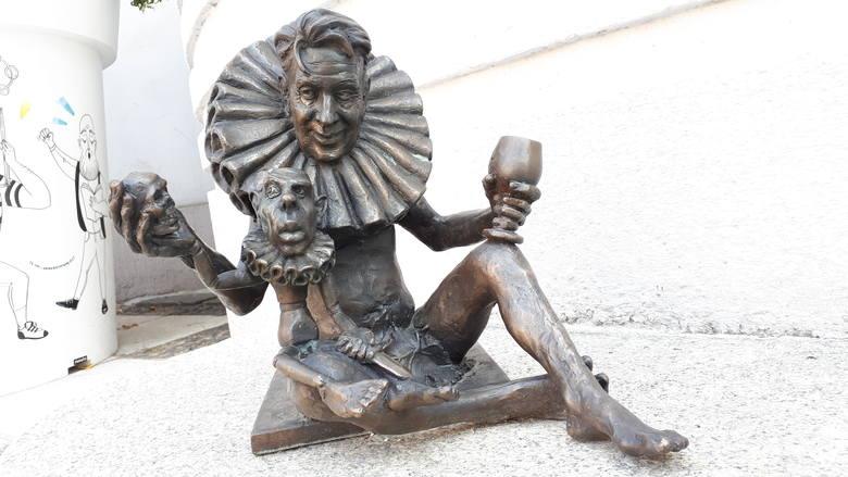 [b]Imię: HamletUlica: Ulica: Aleja Niepodległości przy Lubuskim Teatrze [/b][b]Zobacz też: Odsłonięcie rzeźby Bachusika Polporka