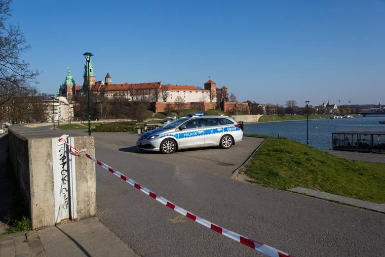 Koronawirus w Krakowie. Czy przestrzegamy nowych ograniczeń? Patrole kontrolują, czy ktoś spaceruje po bulwarach i w parkach [ZDJĘCIA]
