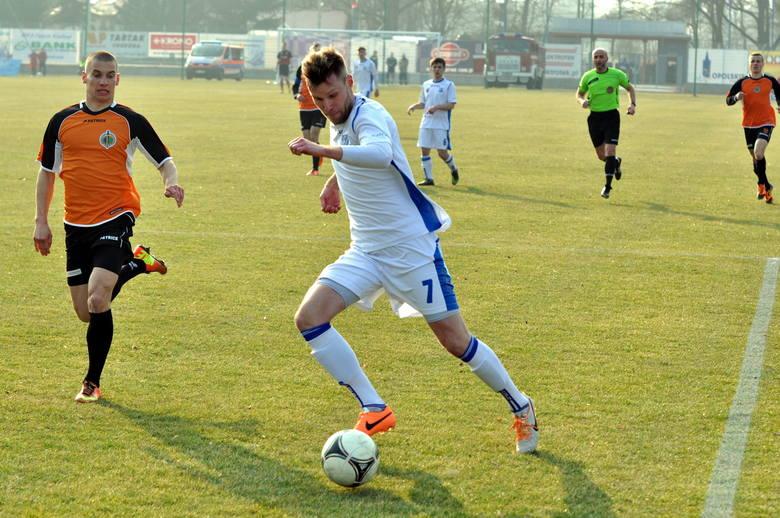 Łukasz Uszalewski zajmie najpewniej miejsce na lewej obronie zastępując pauzującego za kartki Kamila Nitkiewicza.