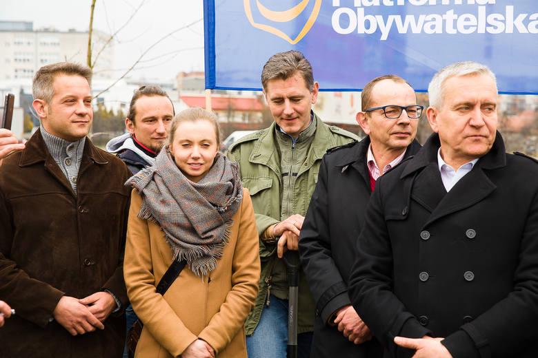 Działacze PO posadzili wczoraj siedem klonów przy ul. Radzymińskiej. To ich znak sprzeciwu wobec liberalnych przepisów, wprowadzonych przez obecny rząd.