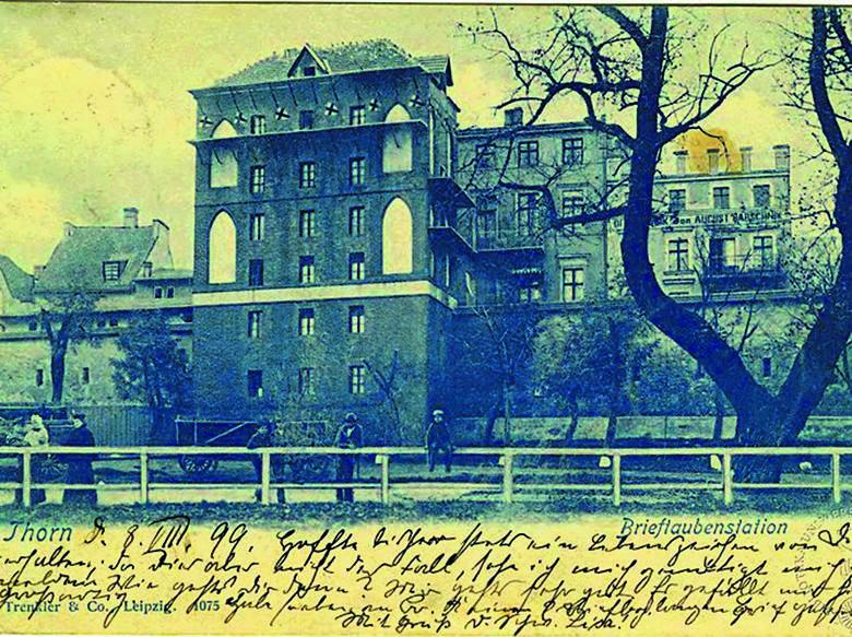 Baszta Gołębnik, na której stanowiska gołębi pocztowych są widoczne do dziś. Zdjęcie zostało zrobione w 1898 roku