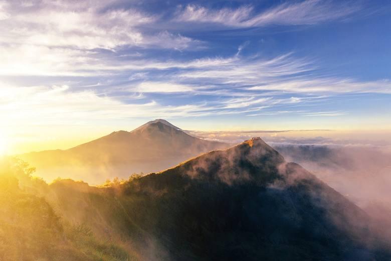 Wulkan Batur, choć wciąż aktywny, dostępny jest dla wszystkich. Wznosi się zaledwie na wysokość 1,700 metrów ponad poziom morza, ale widok z jego szczytu