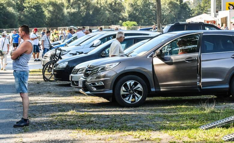 W niedzielę, 16 sierpnia, na bydgoskim kartodromie odbyła się tradycyjna giełda samochodowa.Mimo upału, sprzedający stawili się w pokaźnej liczbie. Kupujących