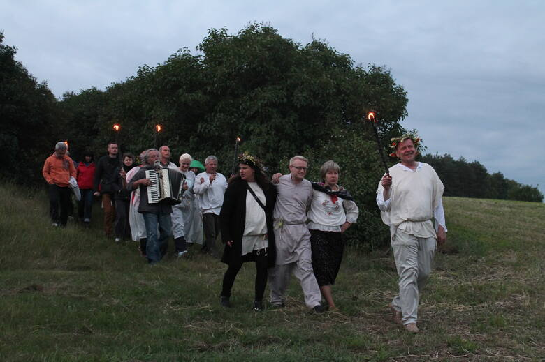 Włęcz jest wioską duchów, przyciąga też sporo ciekawych osób, które zaangażowały się m.in. w ratowanie pochodzącej z końca XVIII wieku drewnianej chaty kantora, uporządkowały bardzo stary cmentarz, a poza tym wskrzeszają lokalne tradycje.
