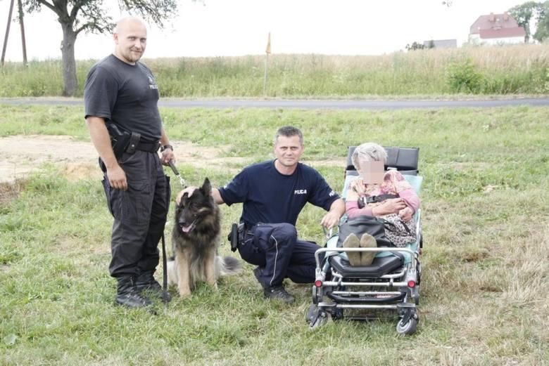 W akcję poszukiwawczą włączono śmigłowiec z Wrocławia oraz policyjnego psa, który podjął trop.
