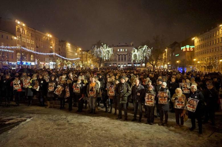 """Czarny protest kontra """"Poznań dla życia"""" na placu Wolności. Nie obyło się bez incydentów [ZDJĘCIA]"""