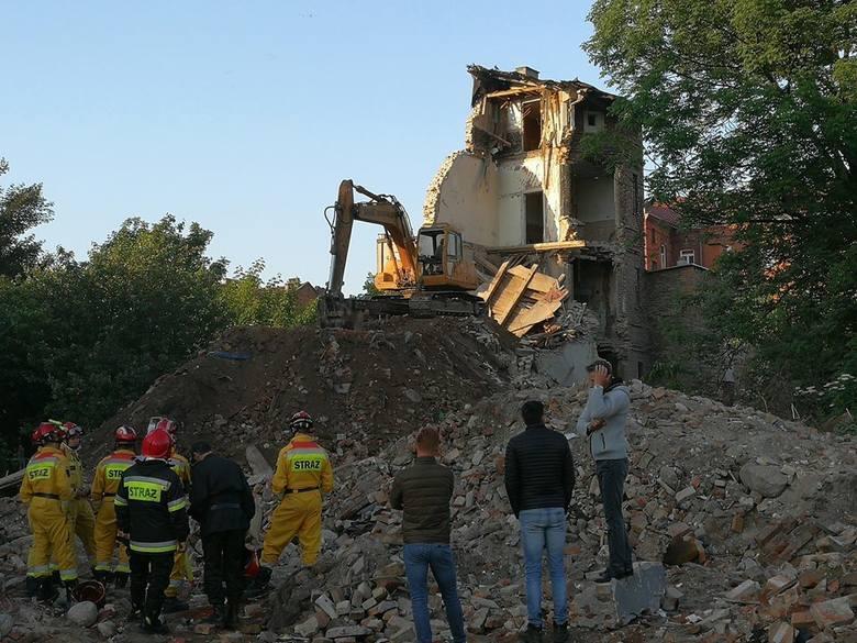 Zawaliła się ściana i strop w budynku przeznaczonym do rozbiórki przy ul. Tumskiej we Włocławku. Jest podejrzenie, że pod gruzami może znajdować się