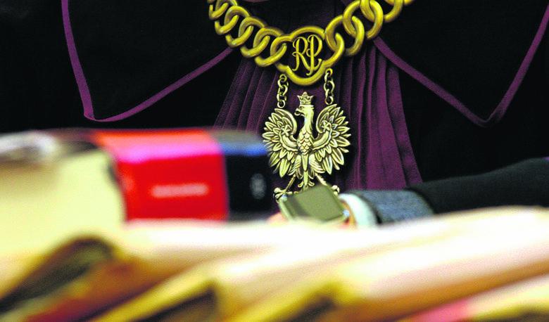 Poznań: Były komornik oskarżony o oszustwo na 8 mln zł. Ma też zarzuty za przywłaszczenie 1,5 mln zł. W sądzie się nie pojawił