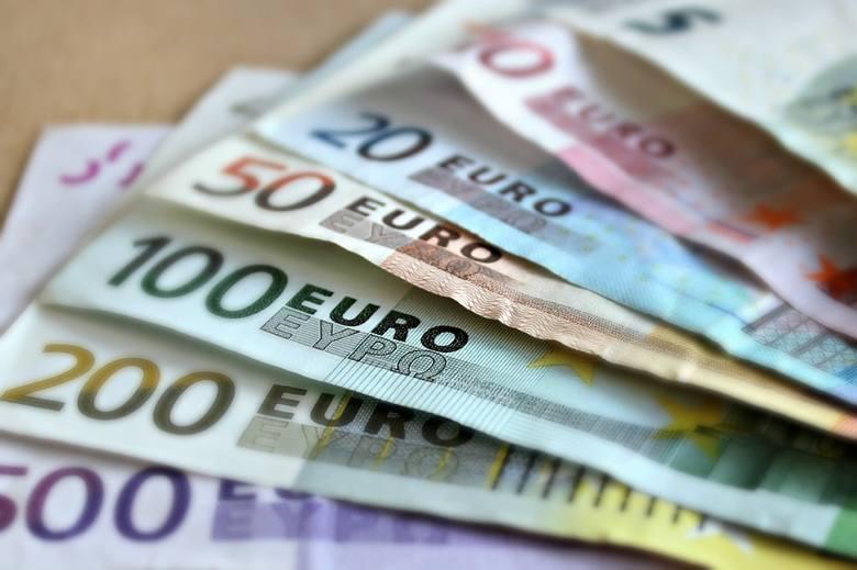 Regularnie czy od święta? W jakich sytuacjach Polacy najczęściej wysyłają pieniądze do kraju?