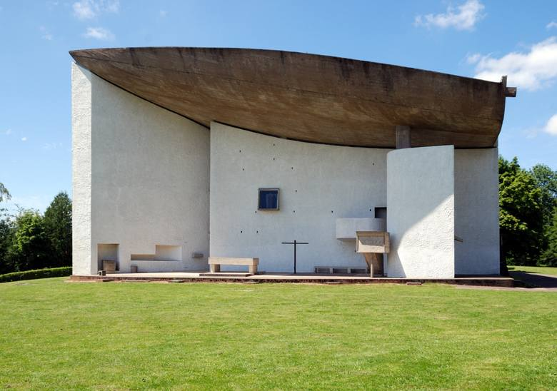 """Ryszard Nakonieczny: To Ronchamp, co znaczy """"obóz rzymski"""". Tam była strażnica i tam potem zbudowano kościół poświęcony Matce Boskiej. Kościół uległ zniszczeniu, a Le Corbusier dostał propozycję stworzenia czegoś nowego. Wyszedł od tradycyjnego układu sacrum, ale tak go zmodyfikował, że..."""