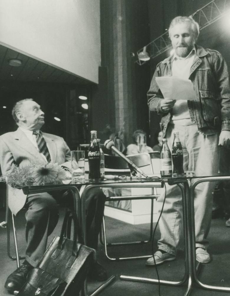 Włodzimierz Paźniewski prowadzi wieczór autorski Stefana Kisielewskiego w katowickim Klubie Międzynarodowej Prasy i Książki (KMPiK), rok 1990. Ze zb. Włodzimierza Paźniewskiego.