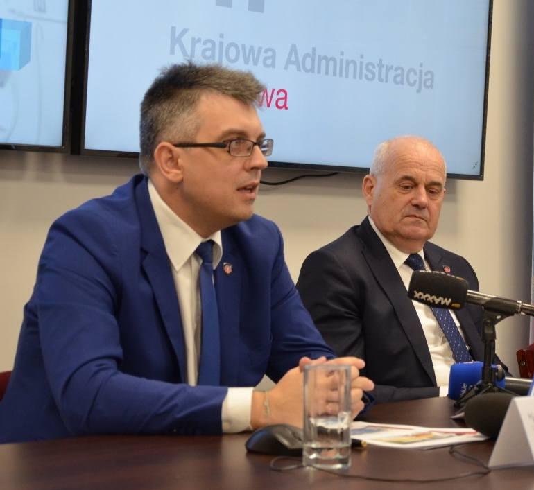 Na zdjęciu (od lewej): Radosław Hancewicz, rzecznik prasowy Izby Administracji Skarbowej w Białymstoku oraz Wojciech Orłowski, dyrektor Izby Administracji