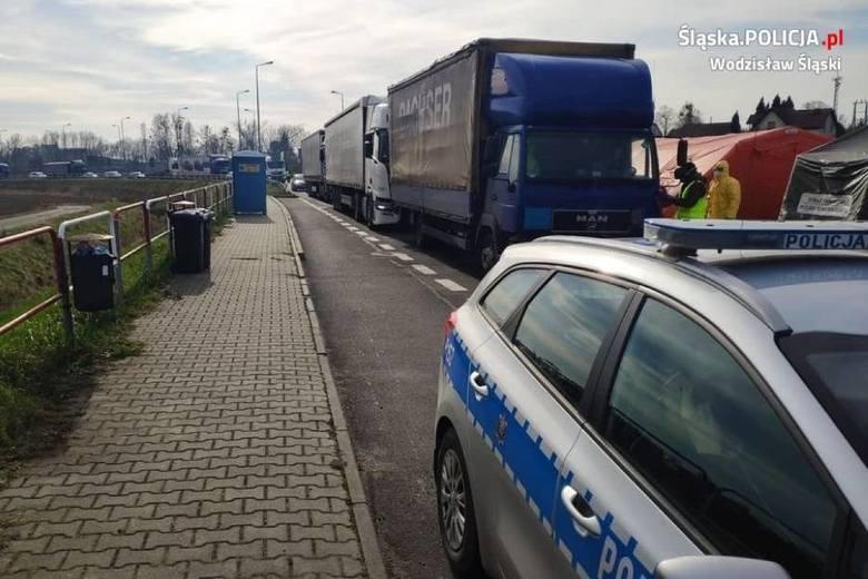 Długie kolejki na granicach z Czechami. GPW dostarcza wodę, a przedsiębiorcy bułki dla kierowców