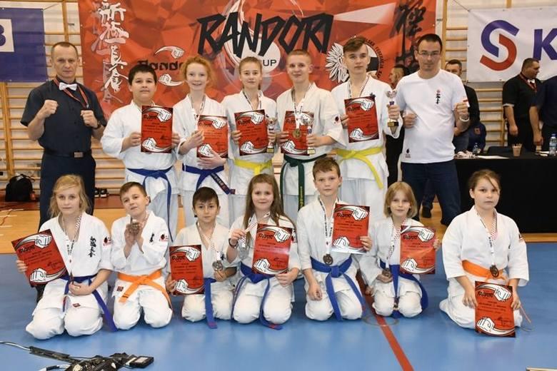 Dwanaście medali zdobyli zawodnicy Klubu Karate Morawica (z Piekoszowa i Łopuszna) w I Ogólnopolskim Turnieju Karate Shinkyokushin w Radomsku.Turniej,