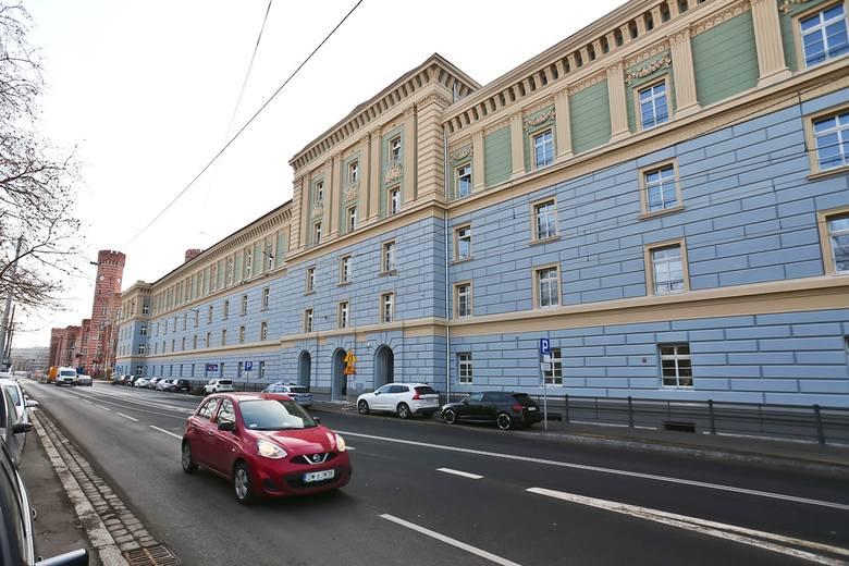 """Dawna siedziba starostwa we Wrocławiu - tzw. """"Fosik"""" przy Podwalu - odzyskała dawny blask. Do wykończenia pozostały jeszcze tylko ostatnie elementy elewacji"""