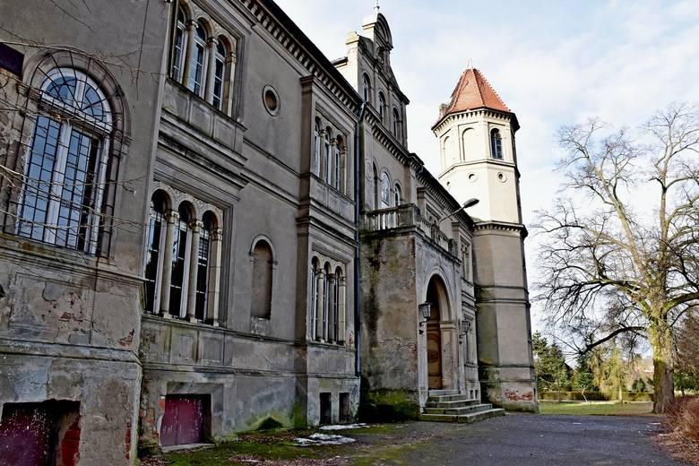 Pałac w Dąbrówce Wielkopolskiej zachwyca nietuzinkową architekturą, piękną okolicą oraz przestronnymi wnętrzami. Zobaczcie, jak wygląda