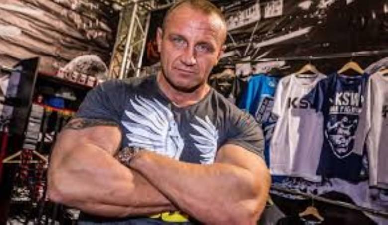 Mariusz Pudzianowski. Ma własną siłownię, więc trenuje na 100 procent