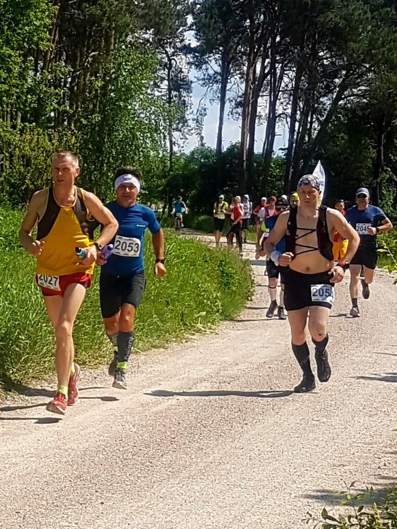 W sobotę Cross Run zawitał do podkieleckiej gminy Piekoszów. Odbyły się tam biegi na dystansach 5 i 30 kilometrów a także biegi dla dzieci.Przed nami