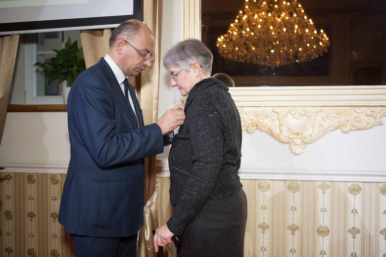 Dr Mateusz Szpytma wręczył Krzyż Wolności i Solidarności m.in. Stanisławowi Łachowi, emerytowanemu profesorowi Akademii Pomorskiej w Słupsku