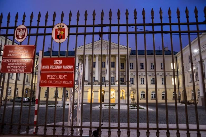 Wybory samorządowe 2018 dla wielu urzędników mogą oznaczać rozstanie z warszawskim ratuszem. Odchodzi Hanna Gronkiewicz-Waltz, która podejmowała najważniejsze