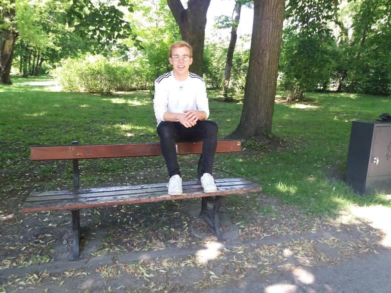 Krzysztof Głąb, 20-letni student Politechniki Łódzkiej, w sobotę wieczorem z dziewczyną siedział na oparciu ławki w Parku Poniatowskiego. Nogi oparli