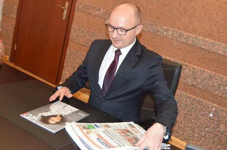 Pierwszy dzień pracy Marka Wojtkowskiego. Jak co dzień prezydent zaczyna dzień od przeglądu prasy i...Gazety Pomorskiej.