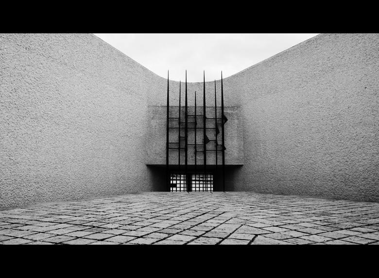 Pomnik Deportowanych w Paryżu powstał w 1962 r. i został wzniesiony ku czci osób wywiezionych z Francji do obozów zagłady w czasie II wojny światowej. Jej autorem jest wybitny francuski architekt Georges Pingusson. Kiedy dozorca dowiedział się, że przyjechałem z Polski, a na dodatek urodziłem się...