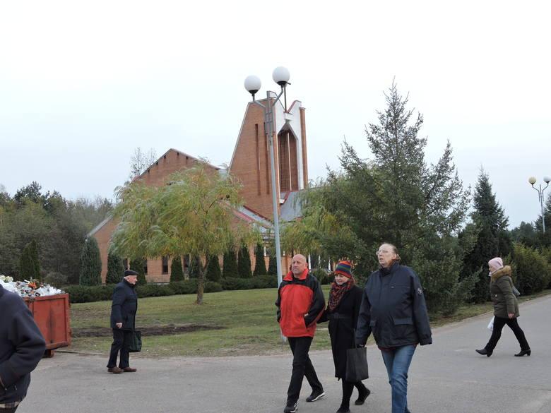 W Zaduszki wiele osób odwiedzało cmentarz komunalny w Ostrołęce