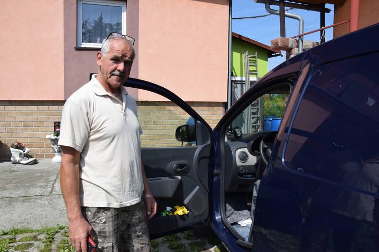 Józef Adamaszek suszy samochód po czwartkowych ulewach.
