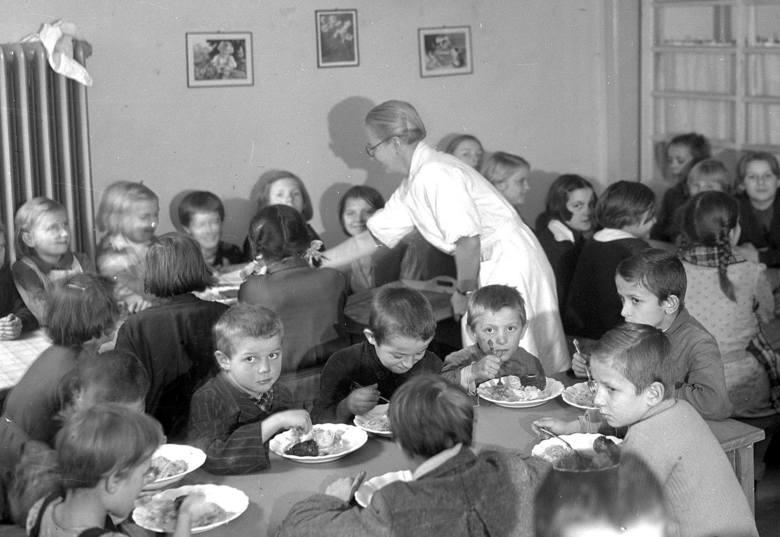 Sierociniec im. dr. Andrzeja Mielęckiego w Katowicach.  Dzieci podczas zabawy na świeżym powietrzu. Lata 30.