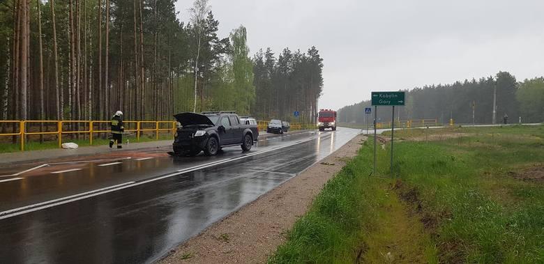 Ze wstępnych ustaleń policji wynika, że kierująca skodą 44-letnia mieszkanka powiatu ostrołęckiego, wyjeżdżając z leśnej drogi na drogę główną, wymusiła