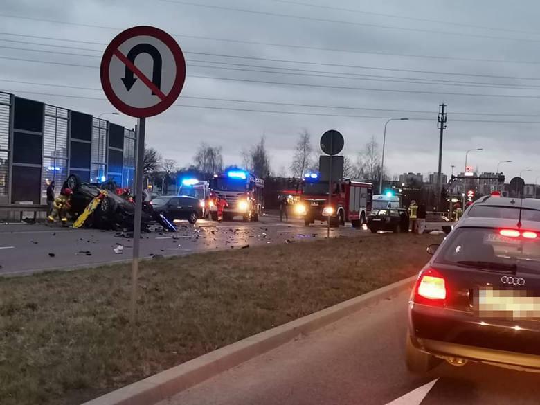 Poważny wypadek w rejonie lubelskiego Felina. Sześć osób jest ciężko rannych. Jedno z aut dachowało. Zobacz zdjęcia
