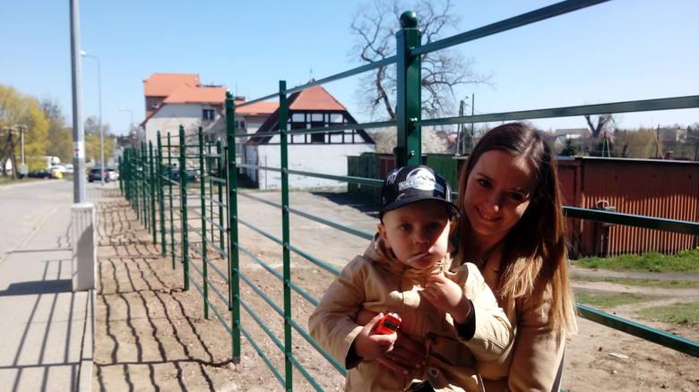 – Jak nie da rady garaży rozebrać, to niech będą schowane za zielenią, bo szpecą nasze piękne mury – mówi Aleksandra Kostrzycka, którą spotkaliśmy na spacerze z synkiem Szymonem.