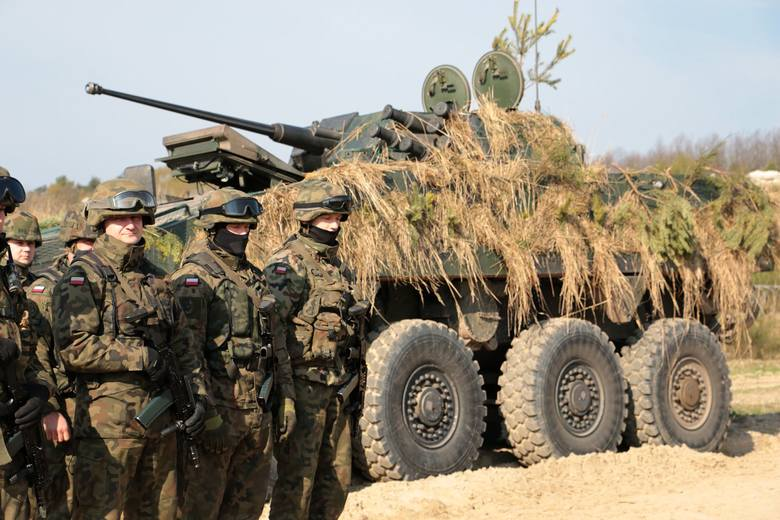 Wojsko ostrzy pazury i daje zarabiać cywilom