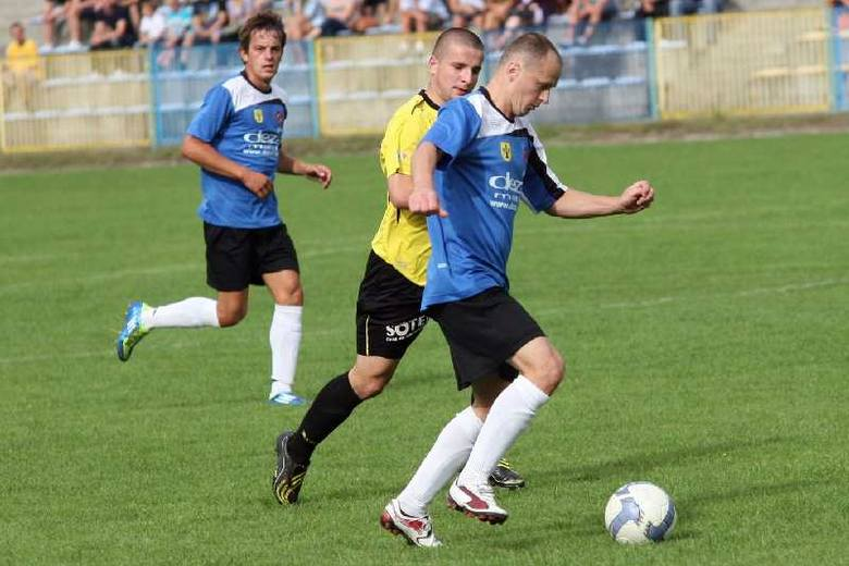 Tomasz Warzocha (z piłką, z lewej Szymon Serafin) i jego koledzy ze Stali Nowa Dęba zmierzą się w pucharowym meczu z Unią Nowa Sarzyna.