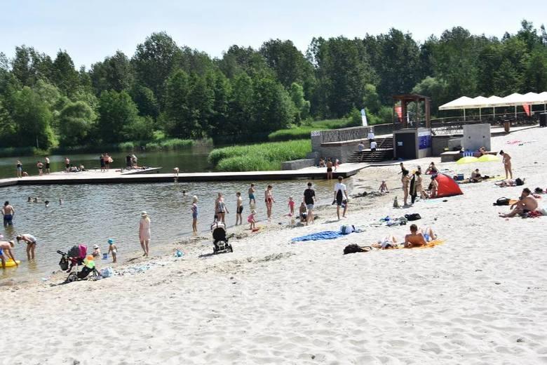 Plaża z piaskiem przywiezionym z Bałtyku w parku Lisiniec w Częstochowie.Zobacz kolejne zdjęcia. Przesuwaj zdjęcia w prawo - naciśnij strzałkę lub przycisk