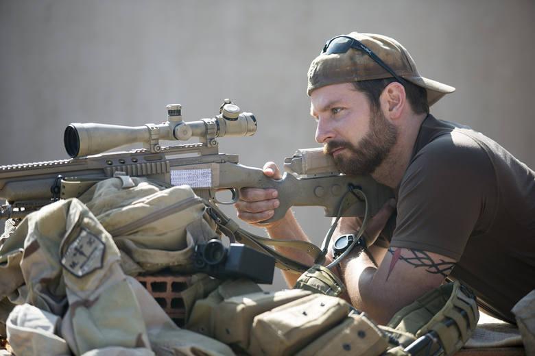 """""""Snajper""""Chris Kyle to najskuteczniejszy snajper w historii amerykańskiej wojskowości. W czasie misji w Iraku robi wszystko, by chronić"""