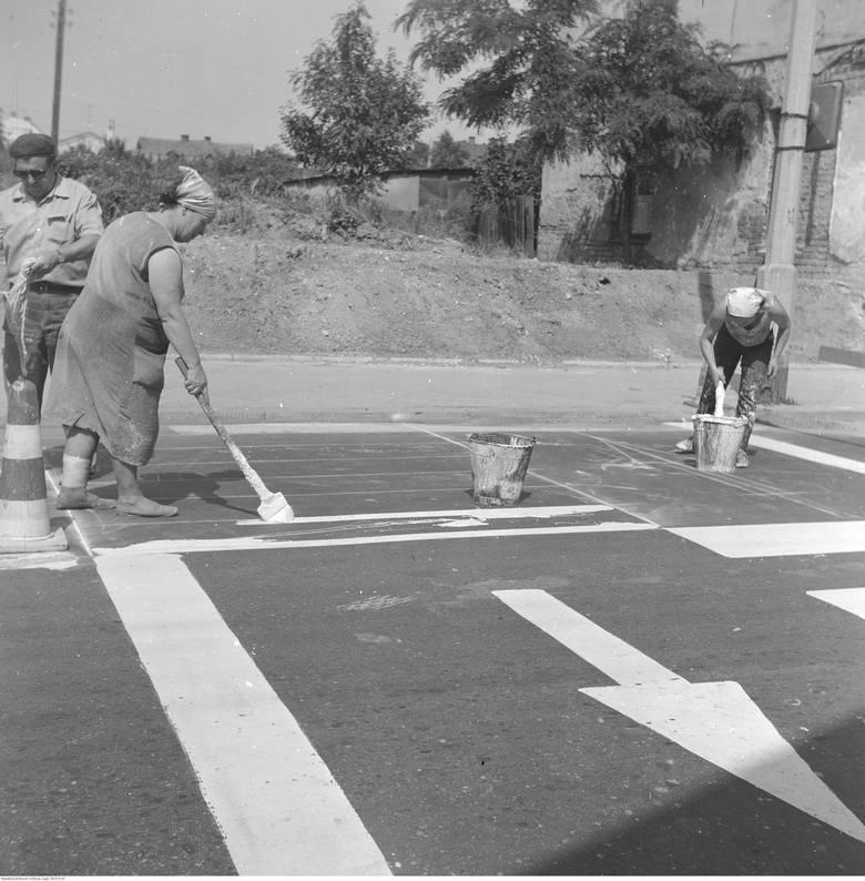 Tak malowało się kiedyś pasy na ulicach<br /> <br />