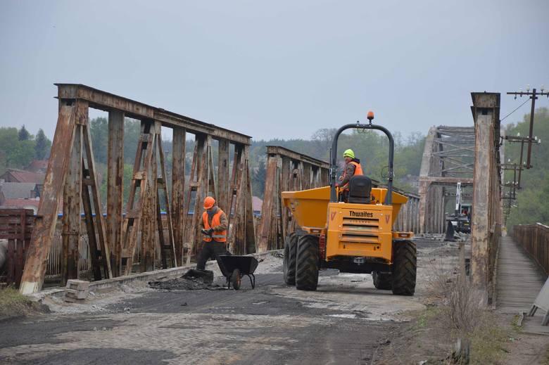 Na starym moście w Cigacicach rozpoczęły się już pierwsze prace związane z remontem. Obecnie z obiektu jest ściągana dawna nawierzchnia, która również
