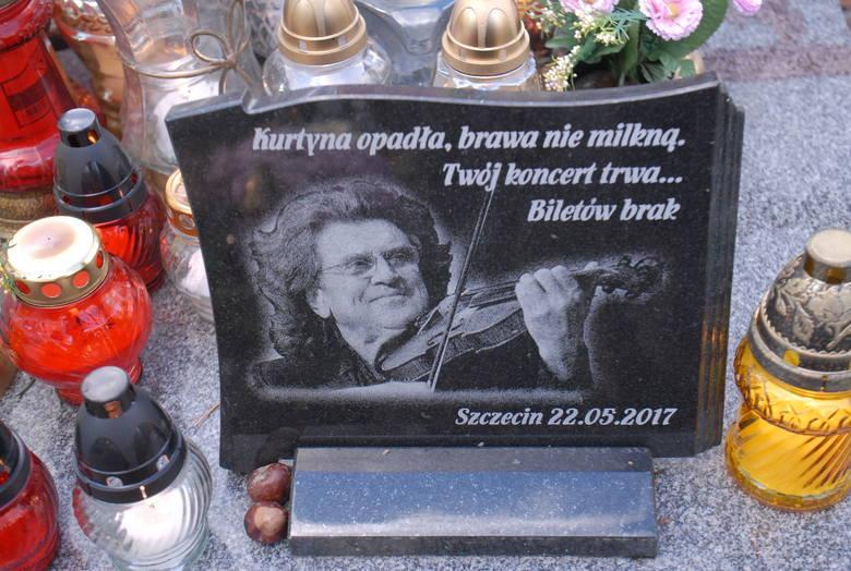 Zbigniew Wodecki - piosenkarz i kompozytor. Zmarł w maju tego roku. Lokalizacja grobu: cmentarz Rakowicki, kwatera LXXV, rząd 32, miejsce 3 na pasie