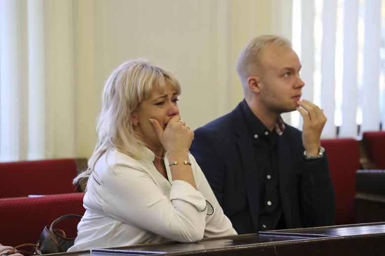 Jarosław Rudnicki od wielu lat przyjaźnił się z Ewą, żoną swego zmarłego kolegi, z którym prowadził kiedyś warsztat. Kobieta mieszkała w Dobrzyniewie