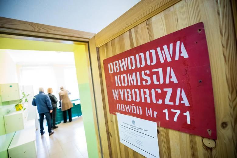 Bydgoszczanie - jak na razie - spełnili swój wyborczy przywilej i tłumnie poszli do urn wyborczych. Bydgoszcz do godz. 12.00 zajmowała trzecie miejsce