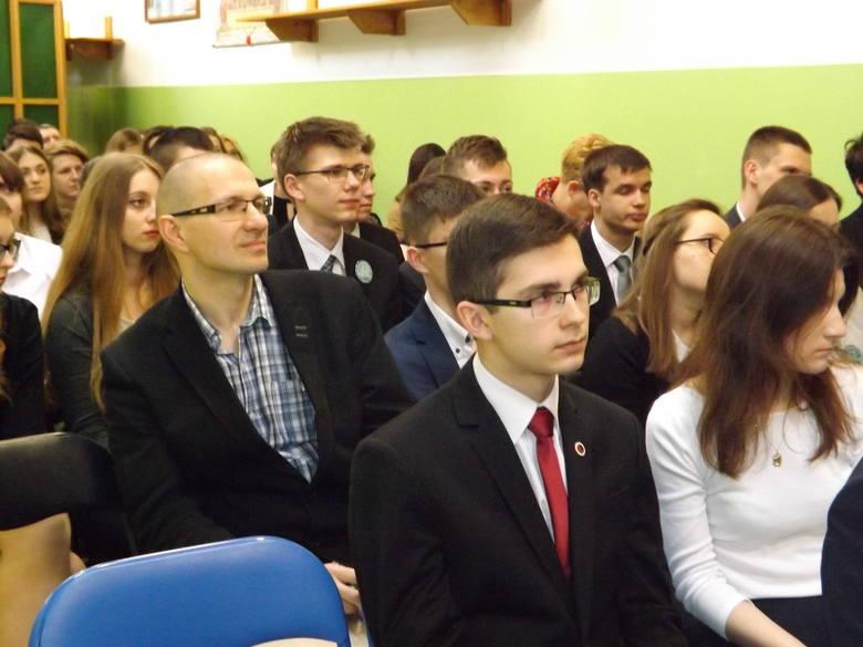 Olimpiada składała się z trzech etapów: eliminacje szkolne (test wiedzy prawniczej), w których wzięło udział 839 uczniów ze 113 polskich szkół licealnych,
