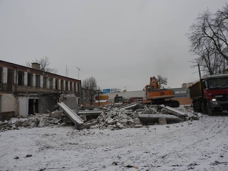 Trwa rozbiórka budynku przy ul. Głównej 8 w Łapach.  Przed laty mieściła się tu siedziba komitetu miejskiego PZPR, a po przełomie - bank.
