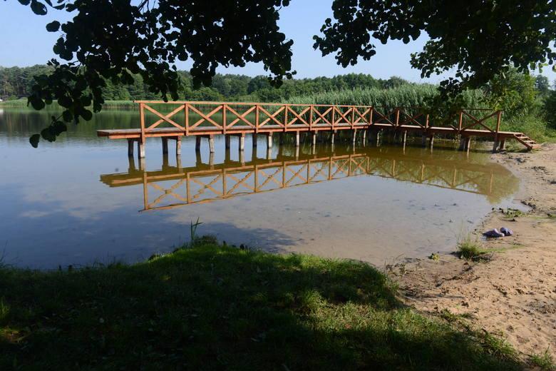 """Jezioro Wojnowskie składa się z dwóch części i przypomina... procę lub literę """"Y"""",  z prawym ramieniem przeciętym przez most. Na jednym końcu części zachodniej znajduje się śluza, która reguluje przepływ wody."""