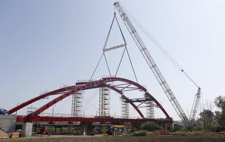 W Straszęcinie w pow. dębickim trwa budowa mostu w związku z przebudową  ronda łączącego ul. 1 maja z al. Jana Pawła II - to kolejny etap budowy łącznika