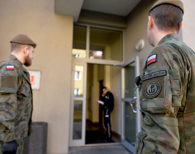 Na zdjęciu wspólna kontrola osób na kwarantannie w Jarosławiu.