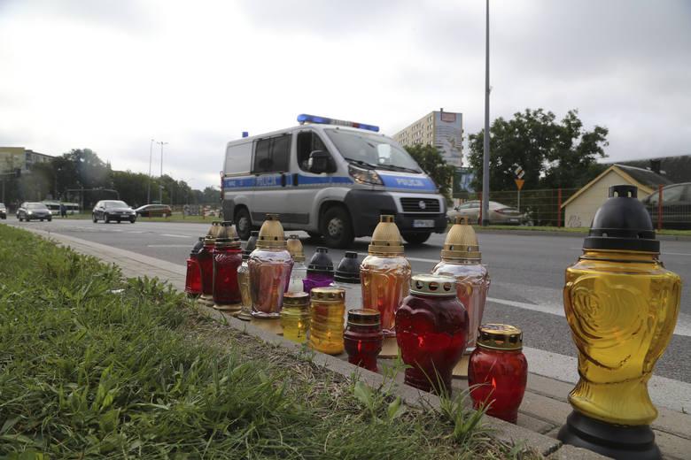 Na ul. Antoniukowskiej, w miejscu, gdzie doszło do tragicznego wypadku od niedzieli palą się znicze