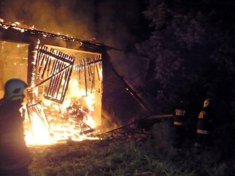Z ogniem walczyło ponad 30 strażaków.