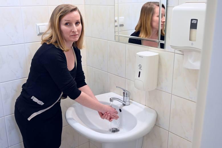 Jedną z najważniejszych zasad chroniących przed koronawirusem jest zachowanie podstawowych zasad higieny. Dokładne mycie rąk jest świetnym środkiem profilaktycznym,
